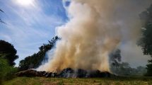Opnieuw veel rookontwikkeling bij brand in grasbult Sneek