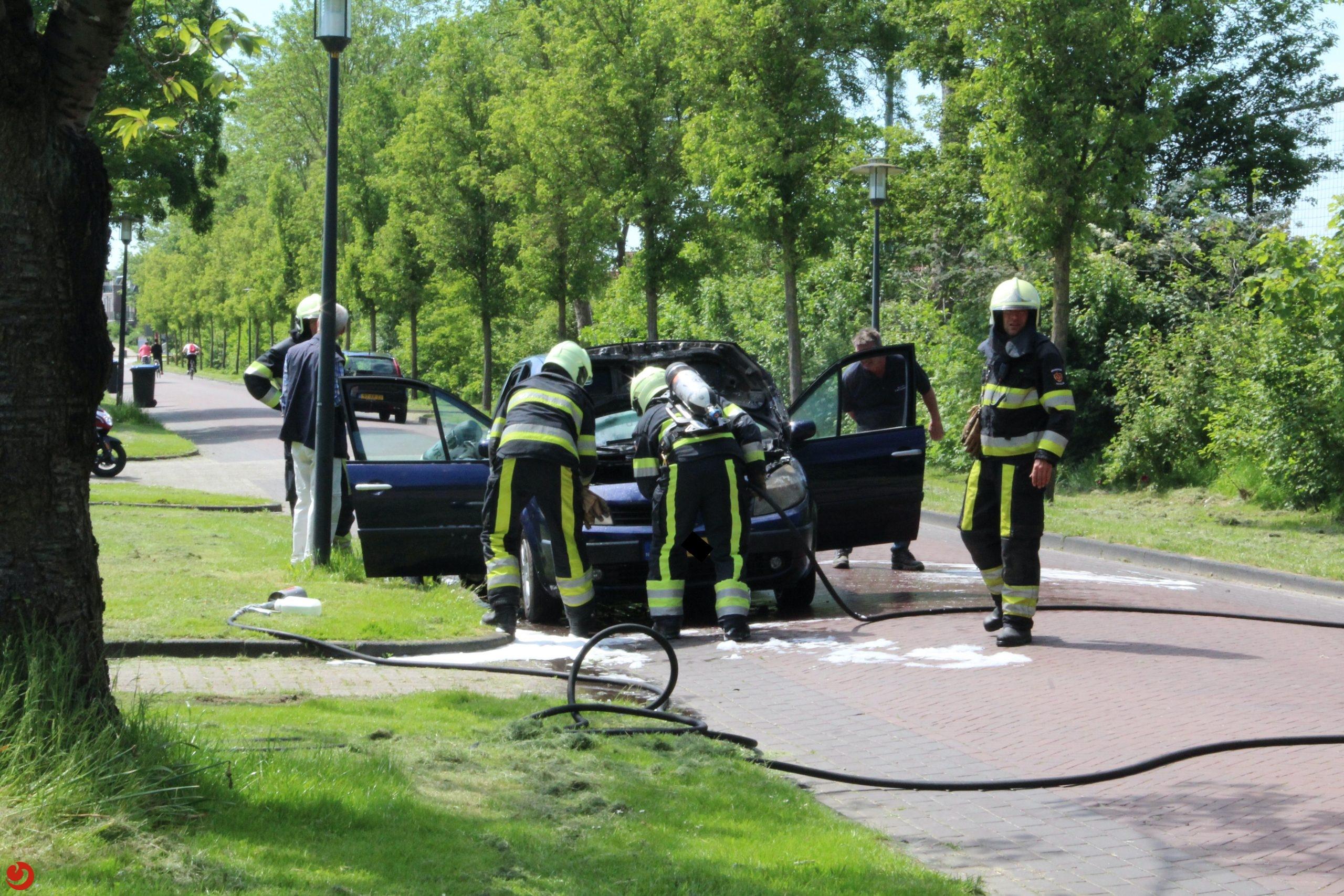 Klein brandje in motorcompartiment van auto in IJlst