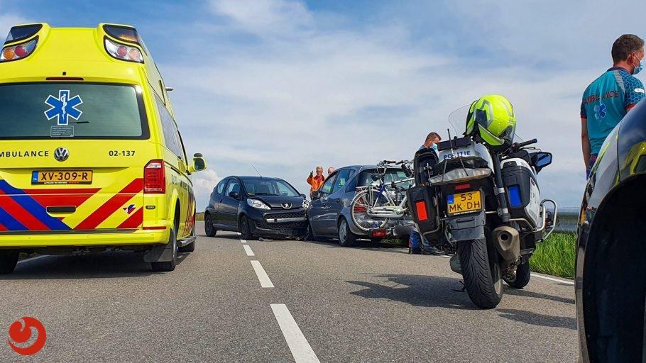 Auto's botsen op Afsluitdijk bij Kornwerderzand