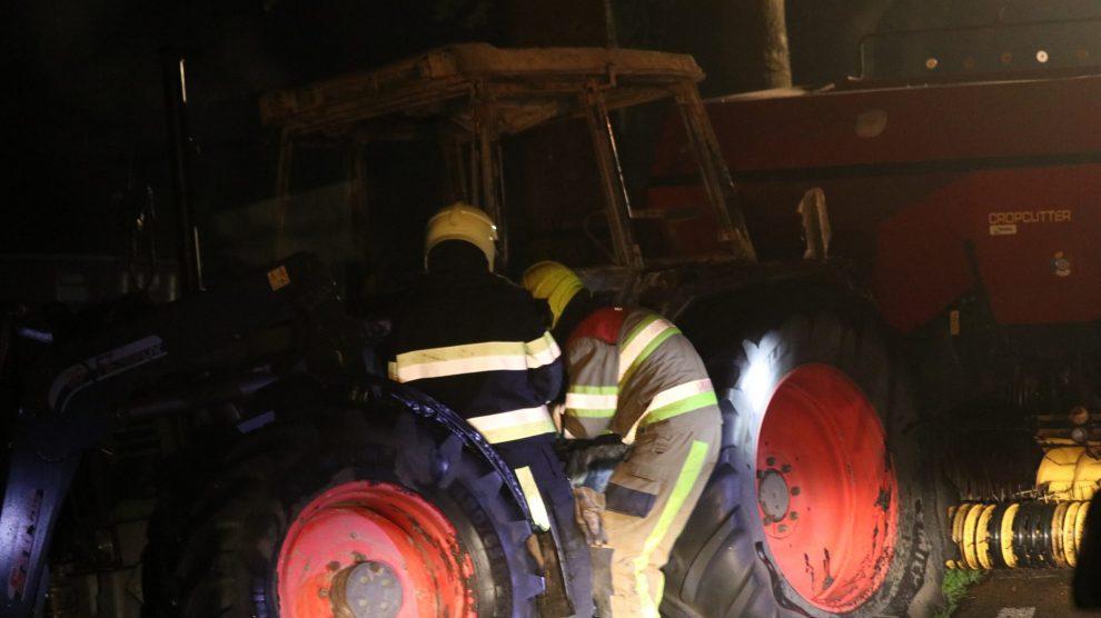 Cabine van tractor volledig uitgebrand bij Nij Beets