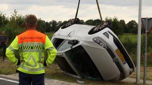 Auto over de kop na aanrijding bij oprit N31 Nijega