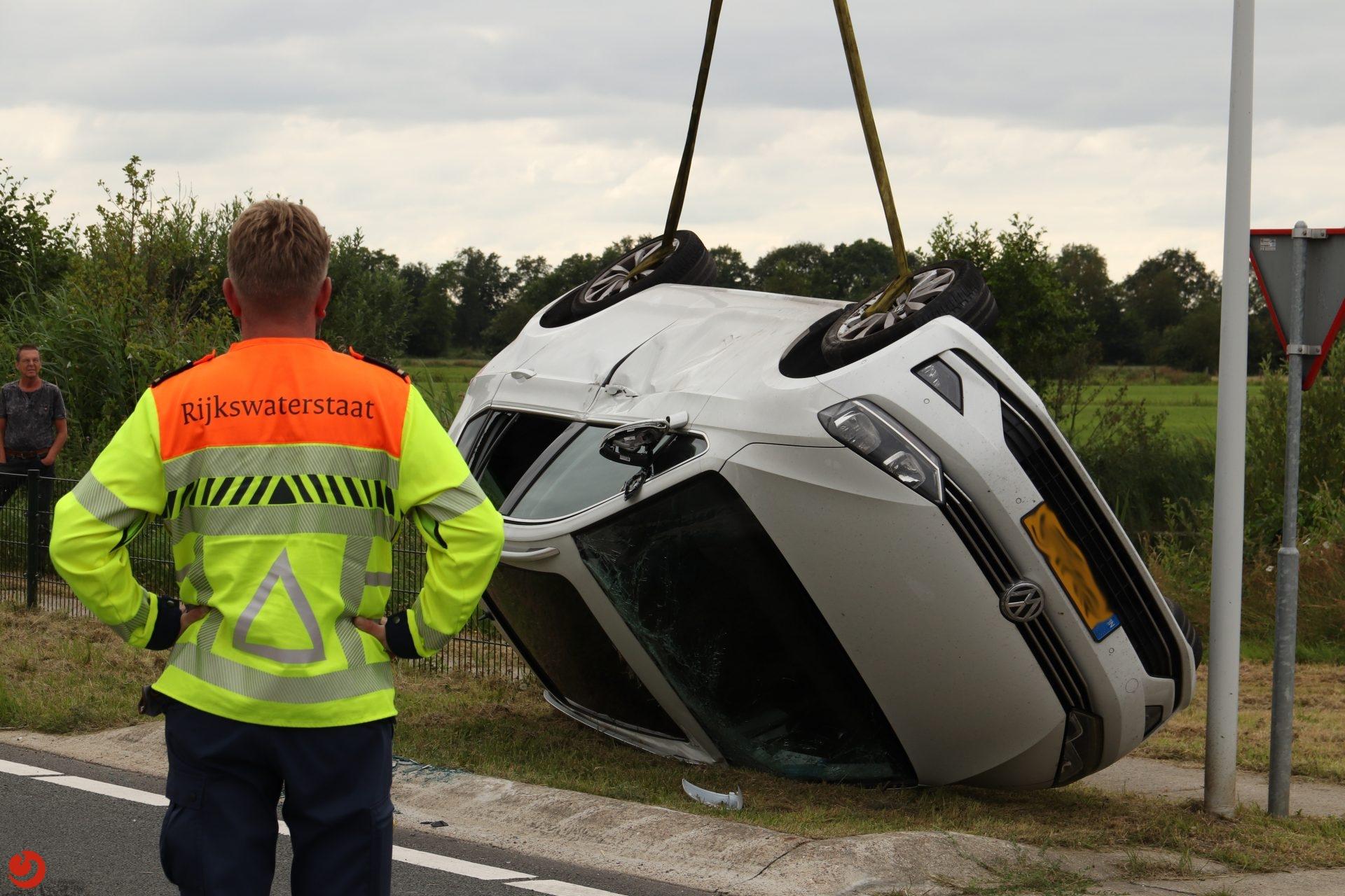 Auto over de kop na aanrijding bij oprit N31 Nijega.