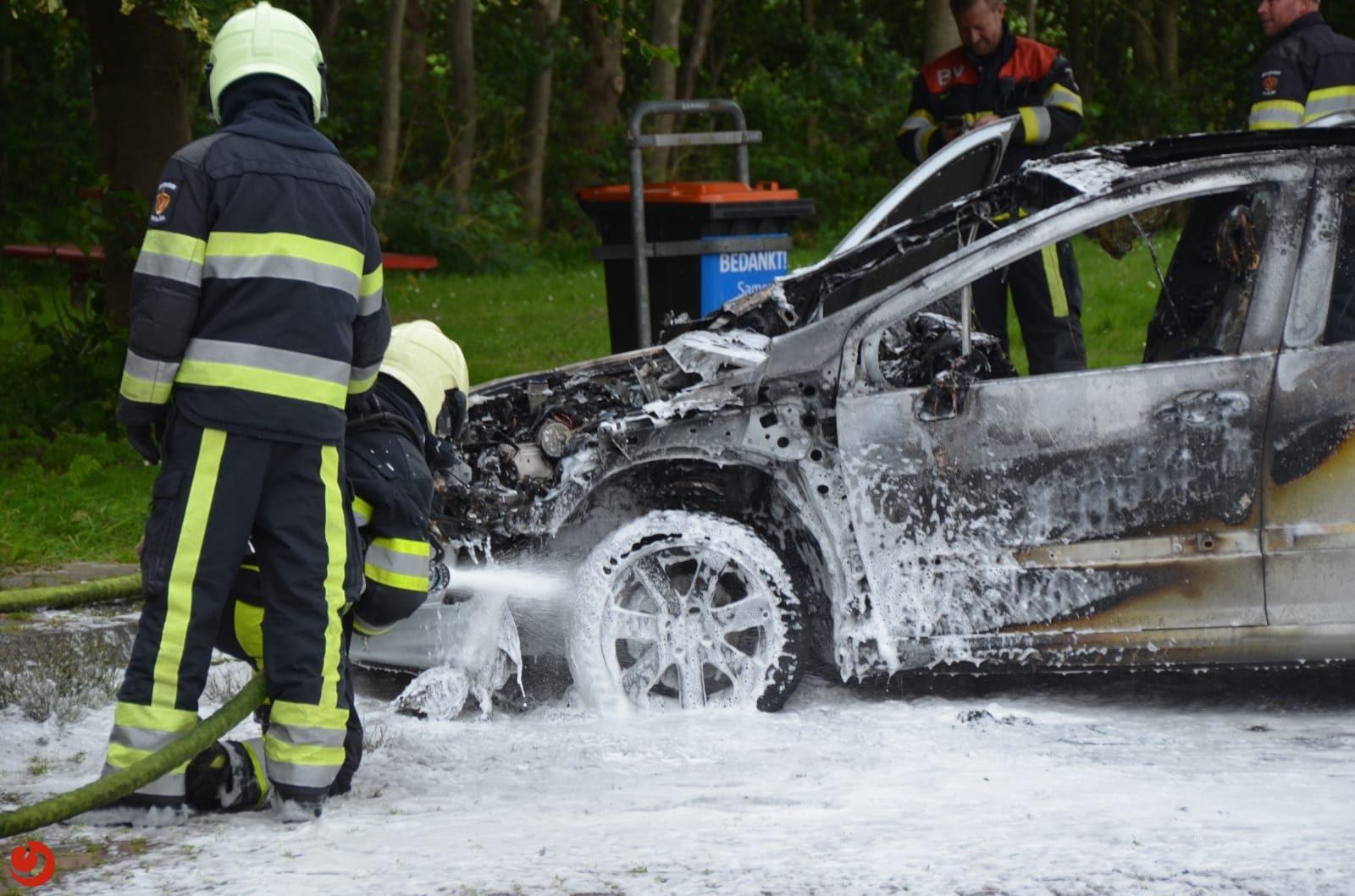 Auto uitgebrand op parkeerplaats van tankstation Menaam