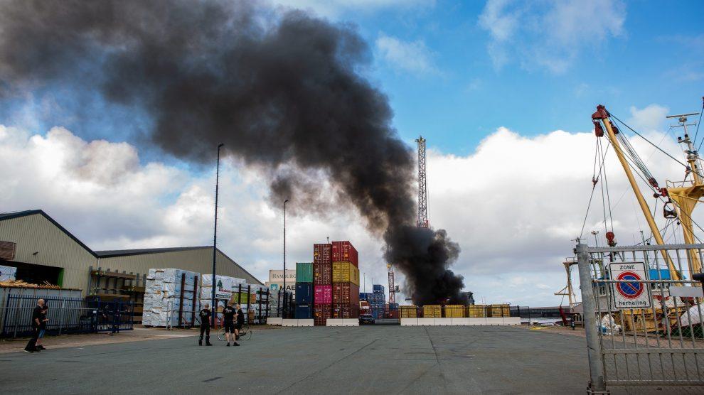 Heftruck gaat verloren bij felle brand in Harlingen