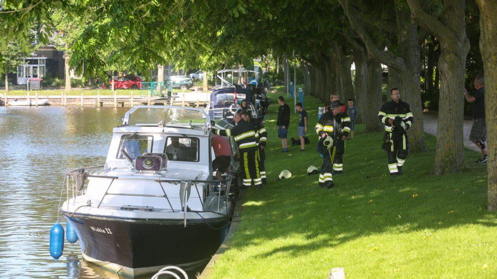 Brandweer ingezet voor lek geraakt schip in Harlingen