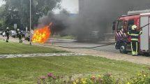 Auto verwoest door brand in Sneek