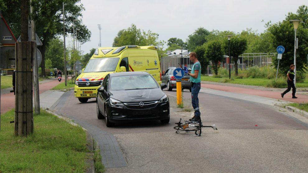 Wielrenner geschept door auto in Leeuwarden