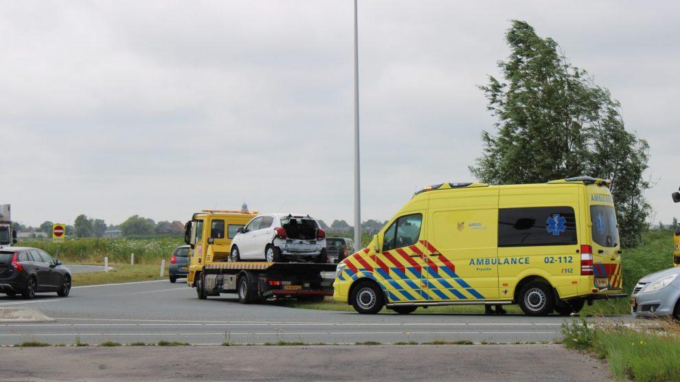 Busje botst achterop auto in Leeuwarden