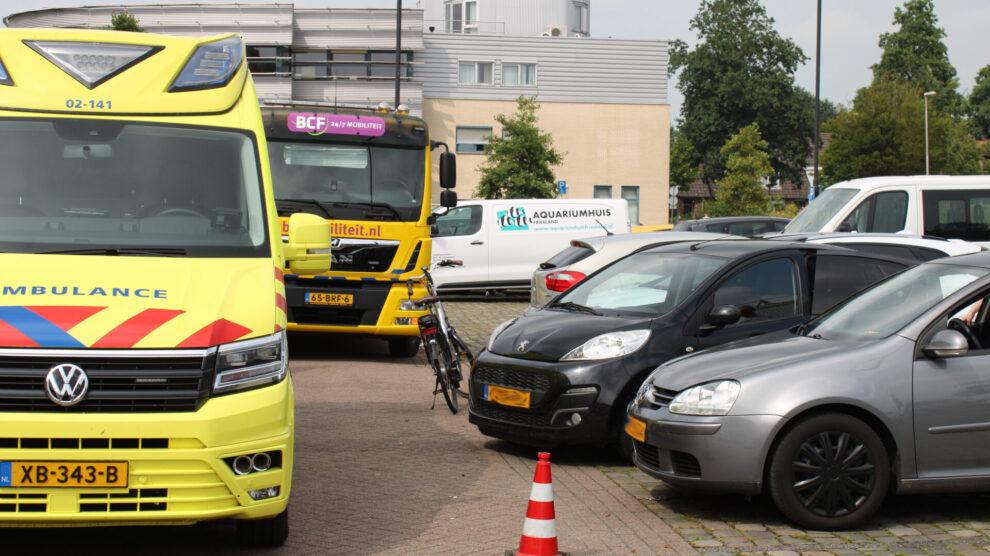 Drie geparkeerde auto's aangereden op winkelplein Leeuwarden