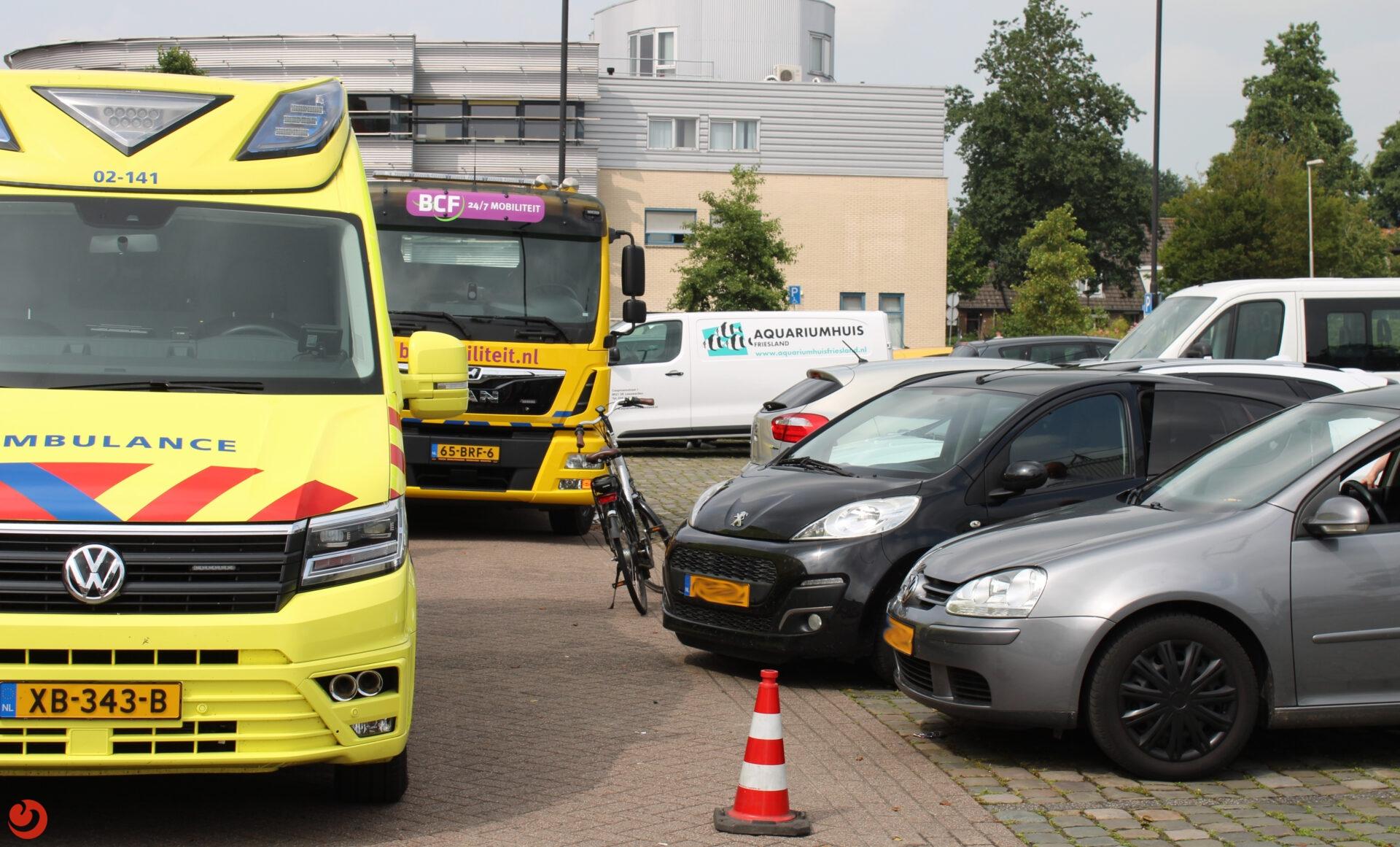 Drie geparkeerde auto's aangereden op winkelplein Leeuwarden.