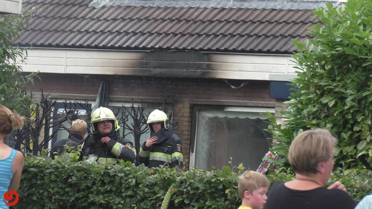 Coniferenbrand slaat over naar woning in Drachtstercompagnie