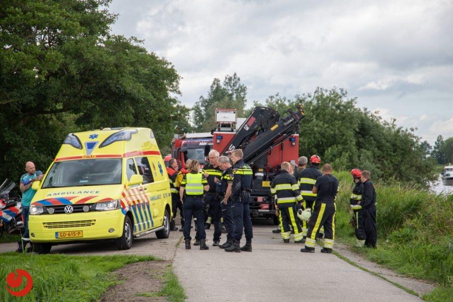 Brommobiel te water; bestuurder gewond in Akkrum