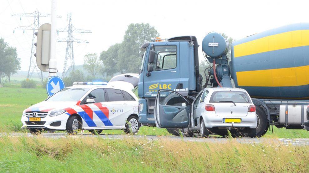 Auto botst op cementwagen in Leeuwarden