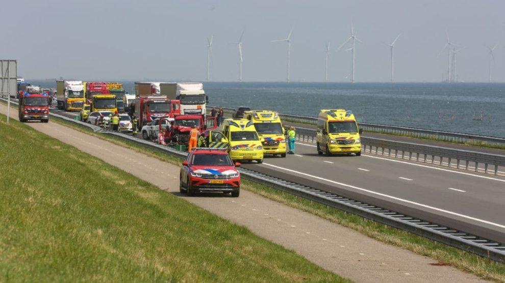 Afsluitdijk richting Noord-Holland dicht door ongeval met meerdere gewonden