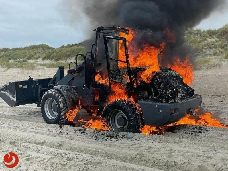 Shovel brandt uit op strand Vlieland