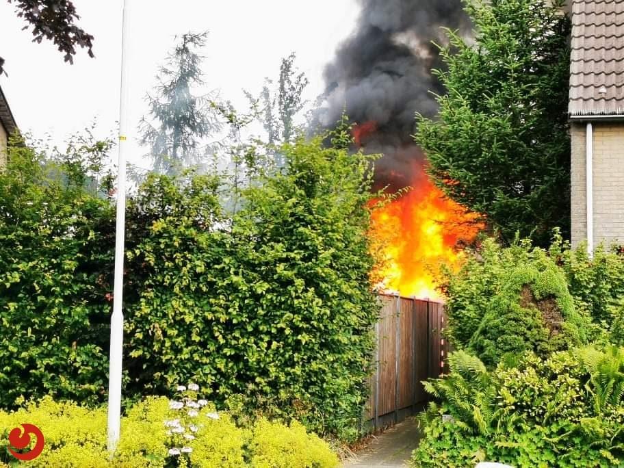 Schuurtje en schutting branden af in Sneek