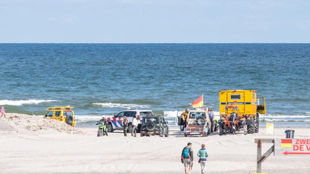 Levenloos lichaam van man aangespoeld op strand Terschelling