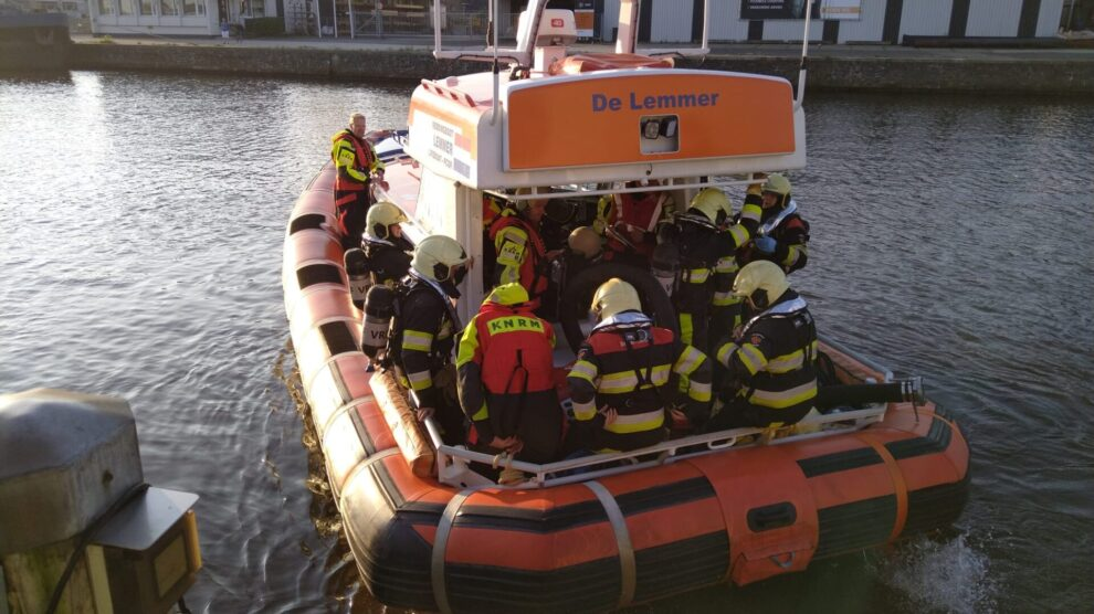 Brandweer en KNRM rukken uit voor rookontwikkeling op boot bij Lemmer