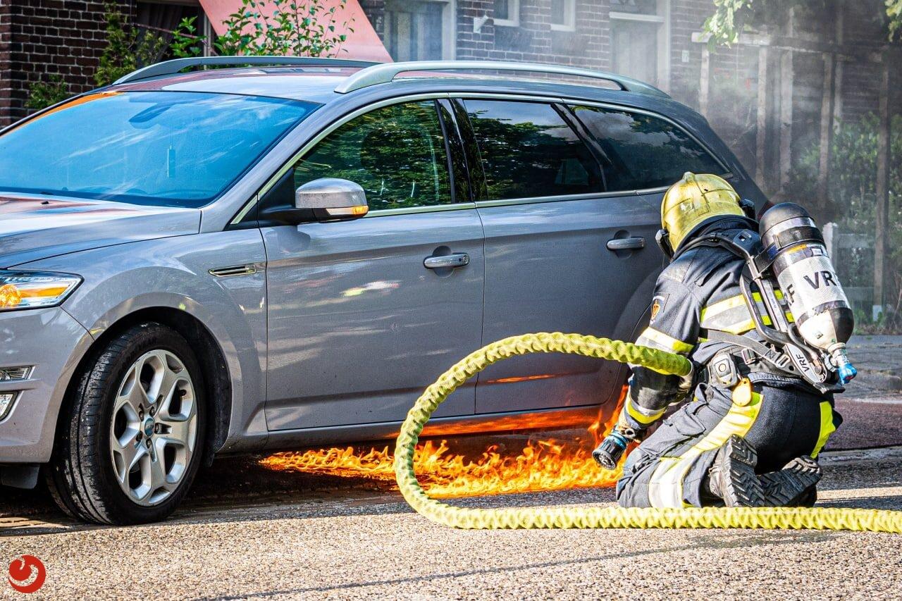 Brandweer blust autobrand in Wolvega