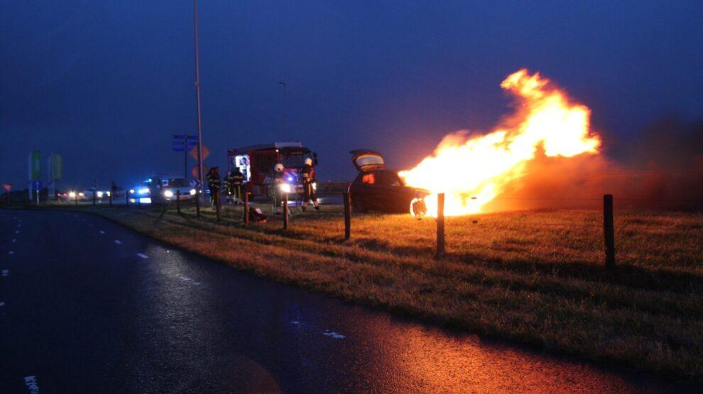 Afrit N31 dicht door autobrand op N383 Leeuwarden