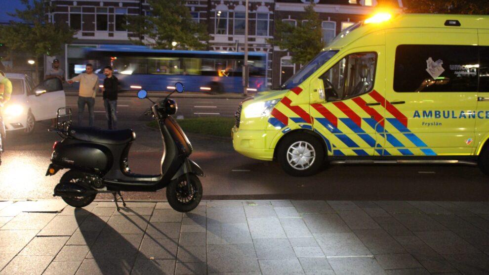 Snorscooter in botsing met auto op fietspad in Leeuwarden