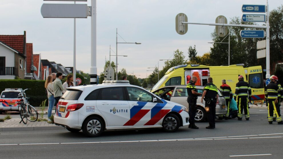 Gewonde bij botsing met twee auto's op kruising in Leeuwarden