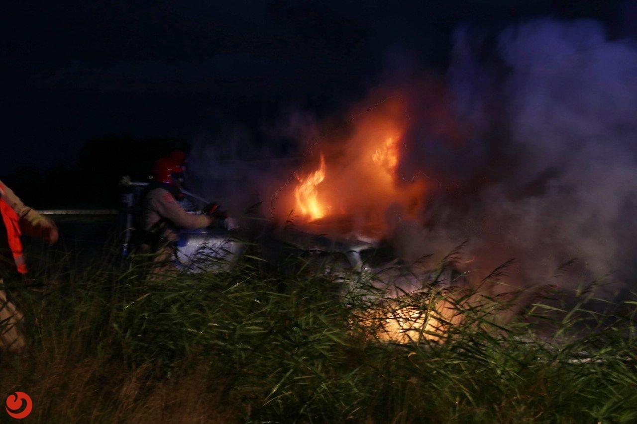 Net gekochte auto brandt uit op de A7 bij Drachten