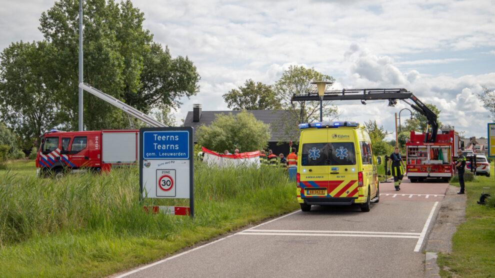 Hulpdiensten redden te water geraakte vrouw uit de sloot in Leeuwarden