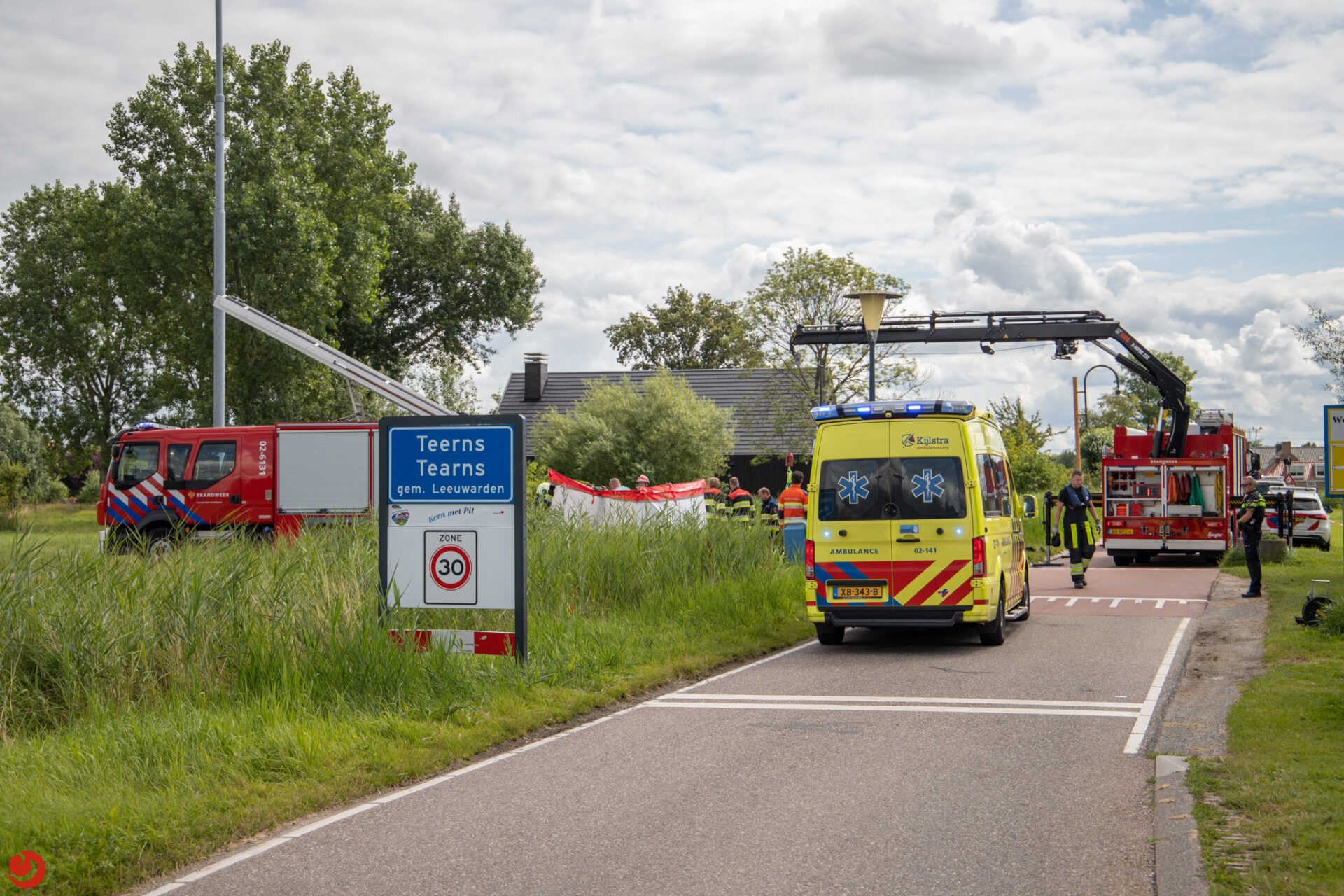Hulpdiensten redden te water geraakte man uit de sloot in Leeuwarden