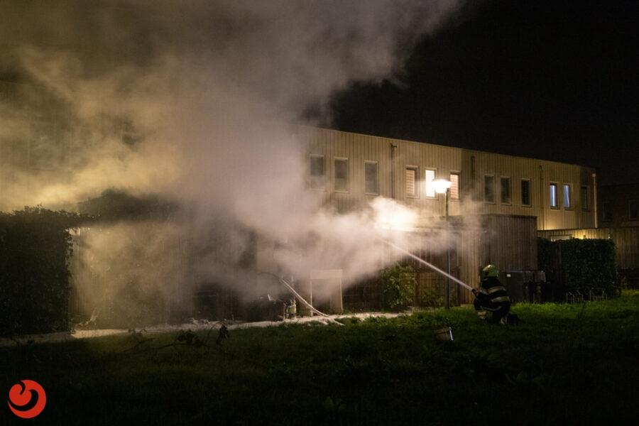Uitslaande brand verwoest schuurtje in Leeuwarden