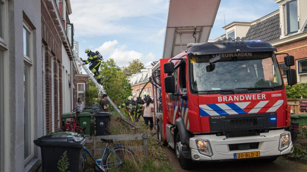 Brandweer blust brandje onder dakbeschot van woning in Leeuwarden