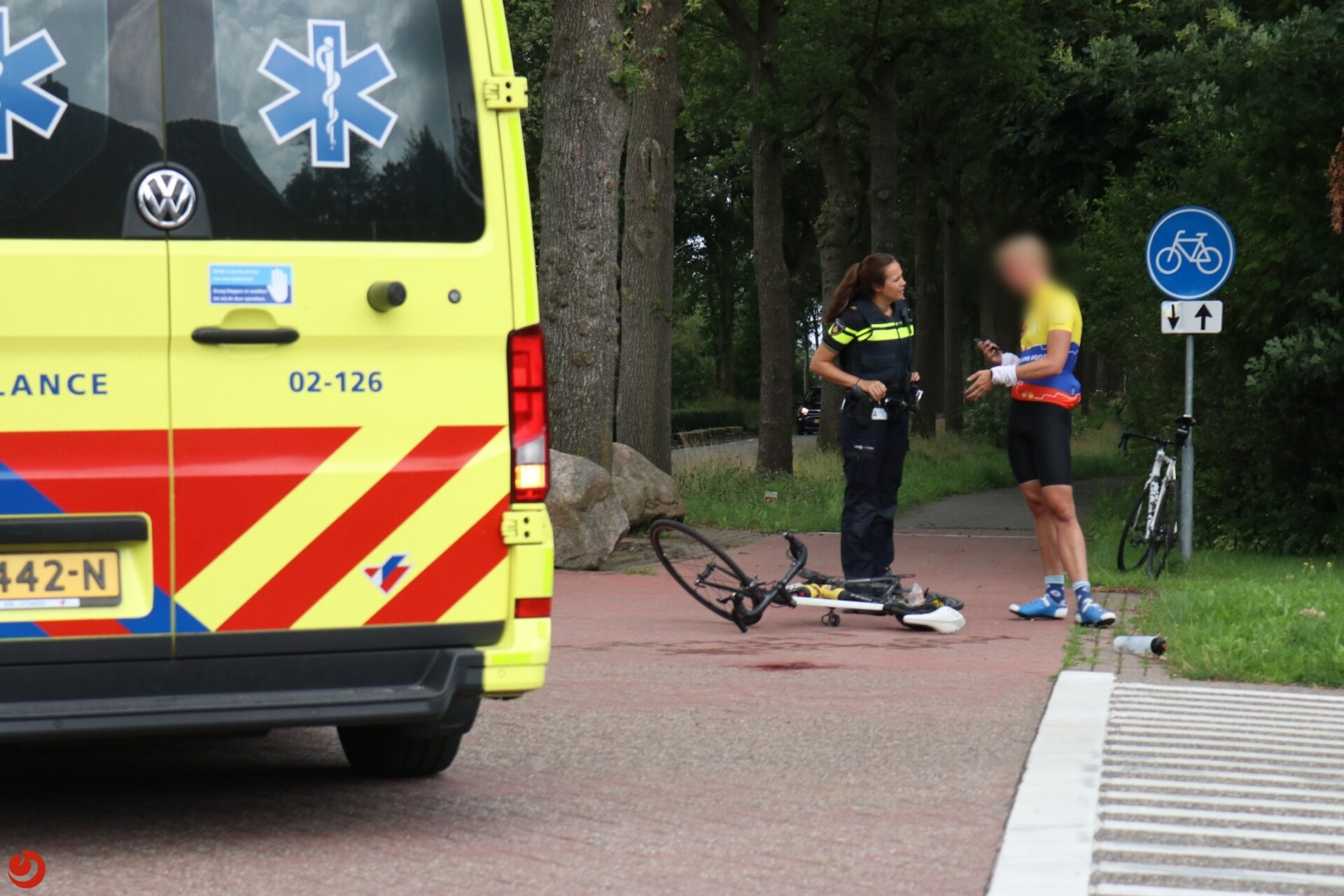 Wielrenner gewond na botsing met personenauto in Drachtstercompagnie