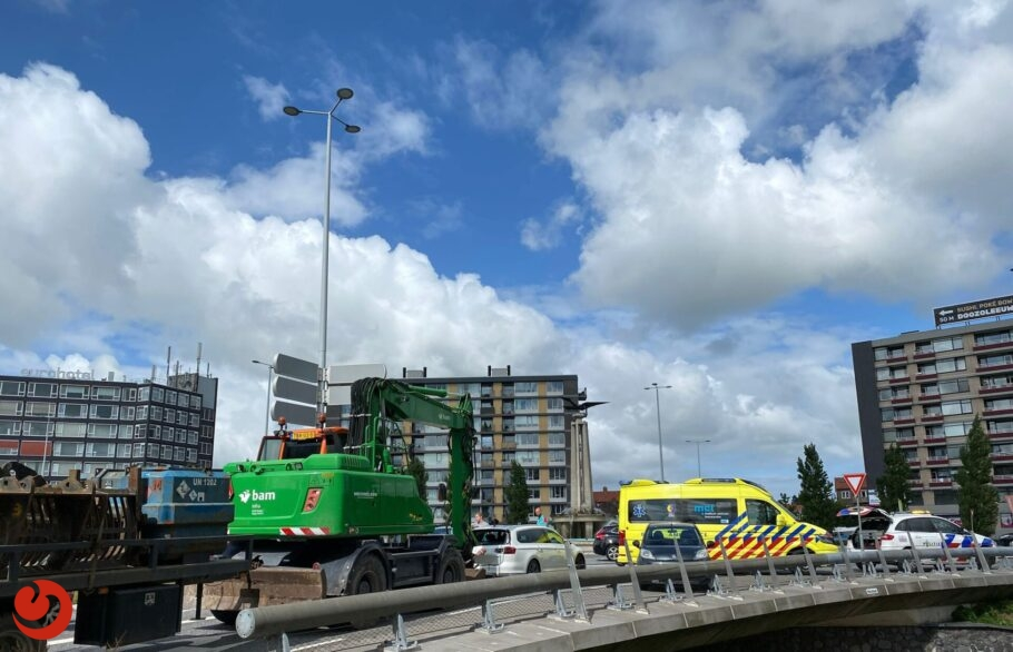 Graafmachine botst achterop auto in Leeuwarden