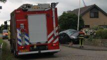 Auto botst op muurtje na aanrijding in Sneek