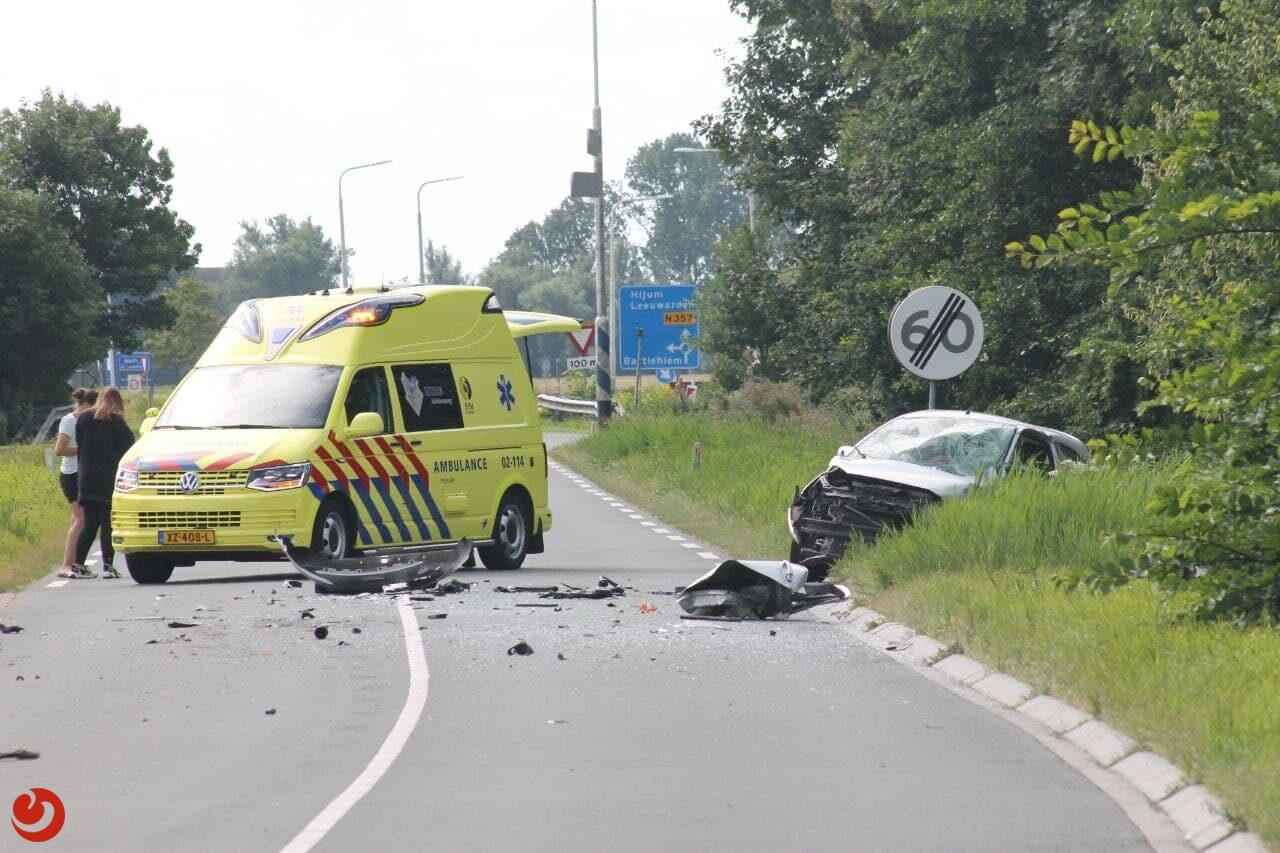 Auto en lijnbus in botsing in Hallum; één persoon gewond