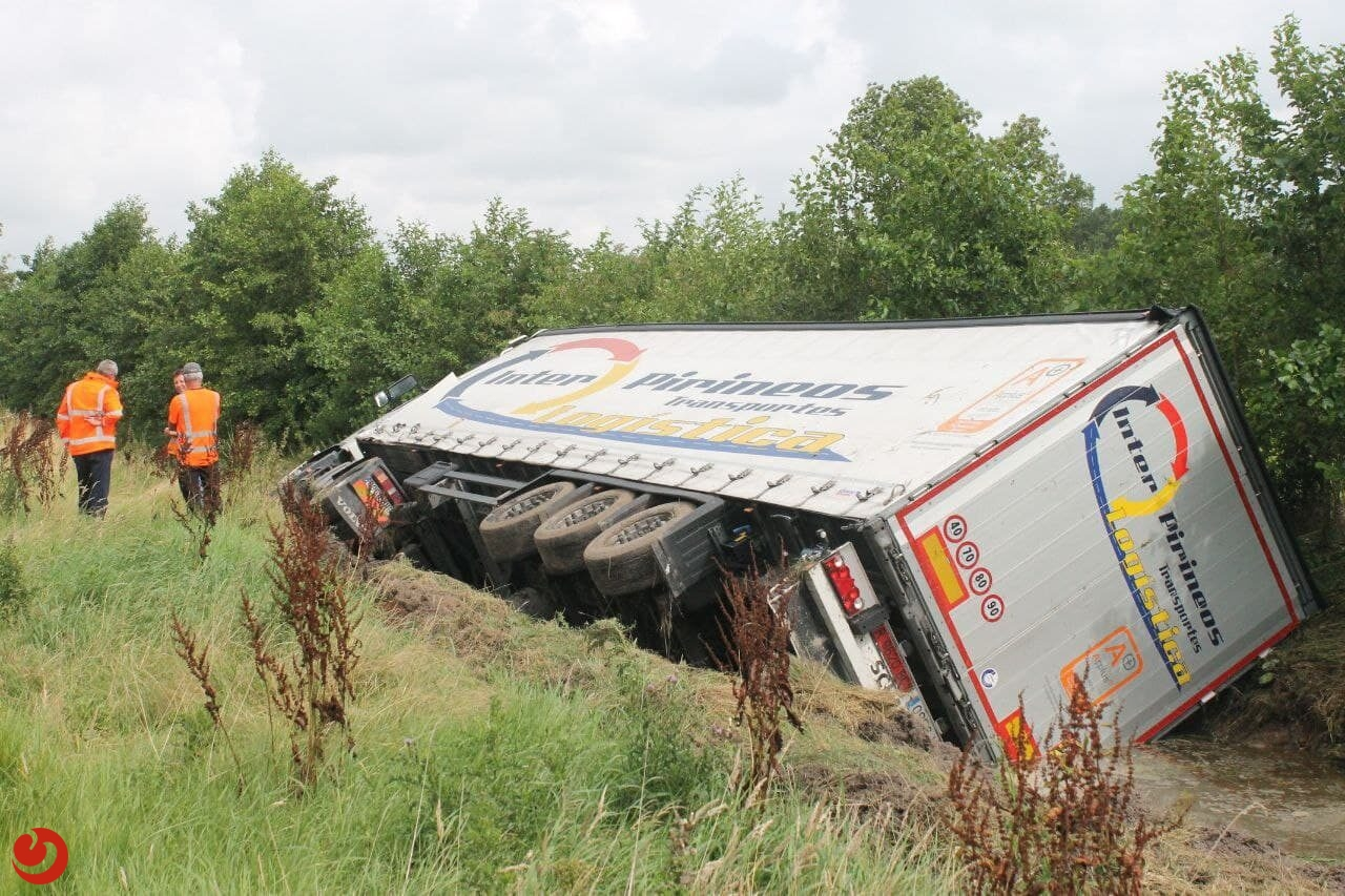 Vrachtwagen raakt van de weg en kantelt bij Damwâld