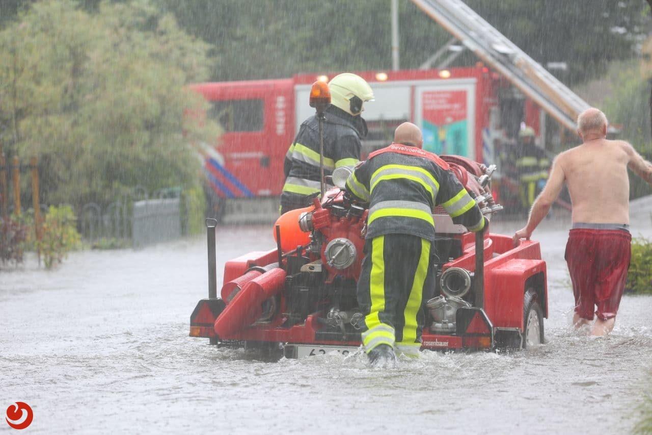 Regenwater loopt huizen binnen: veel wateroverlast in Woudsend