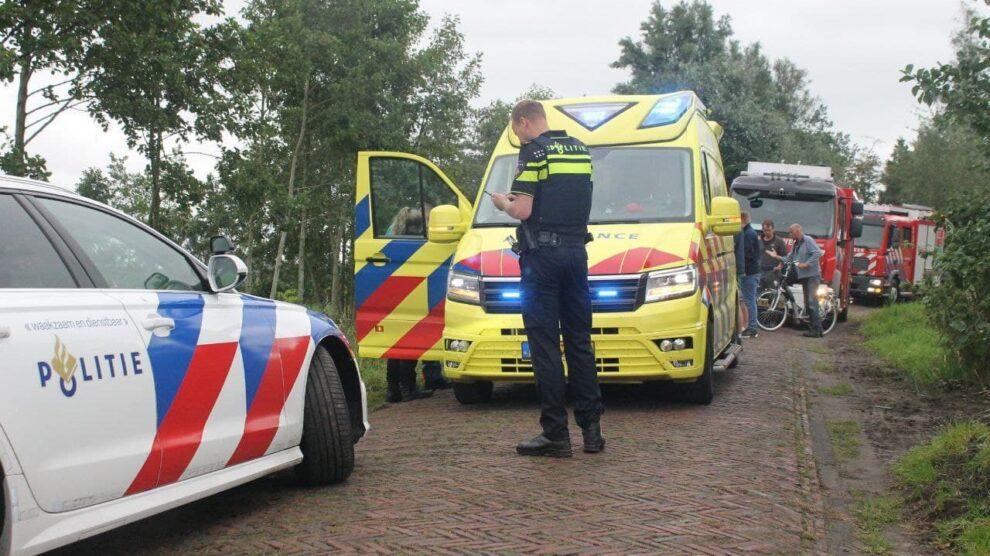 Auto met drie dames op zijkant in sloot in De Westereen