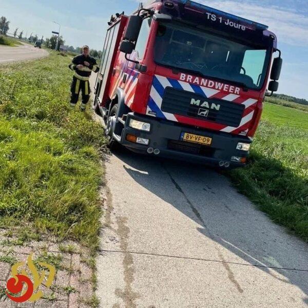 Fietser door brandweer uit sloot gehaald in Akmarijp