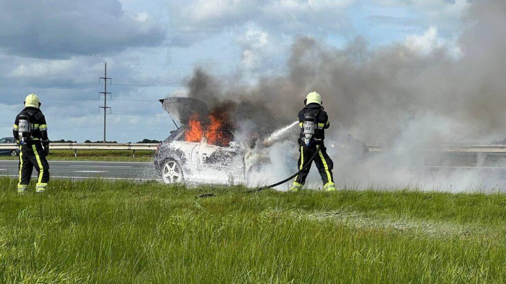 Auto vliegt in brand tijdens het rijden op A7 bij Heerenveen
