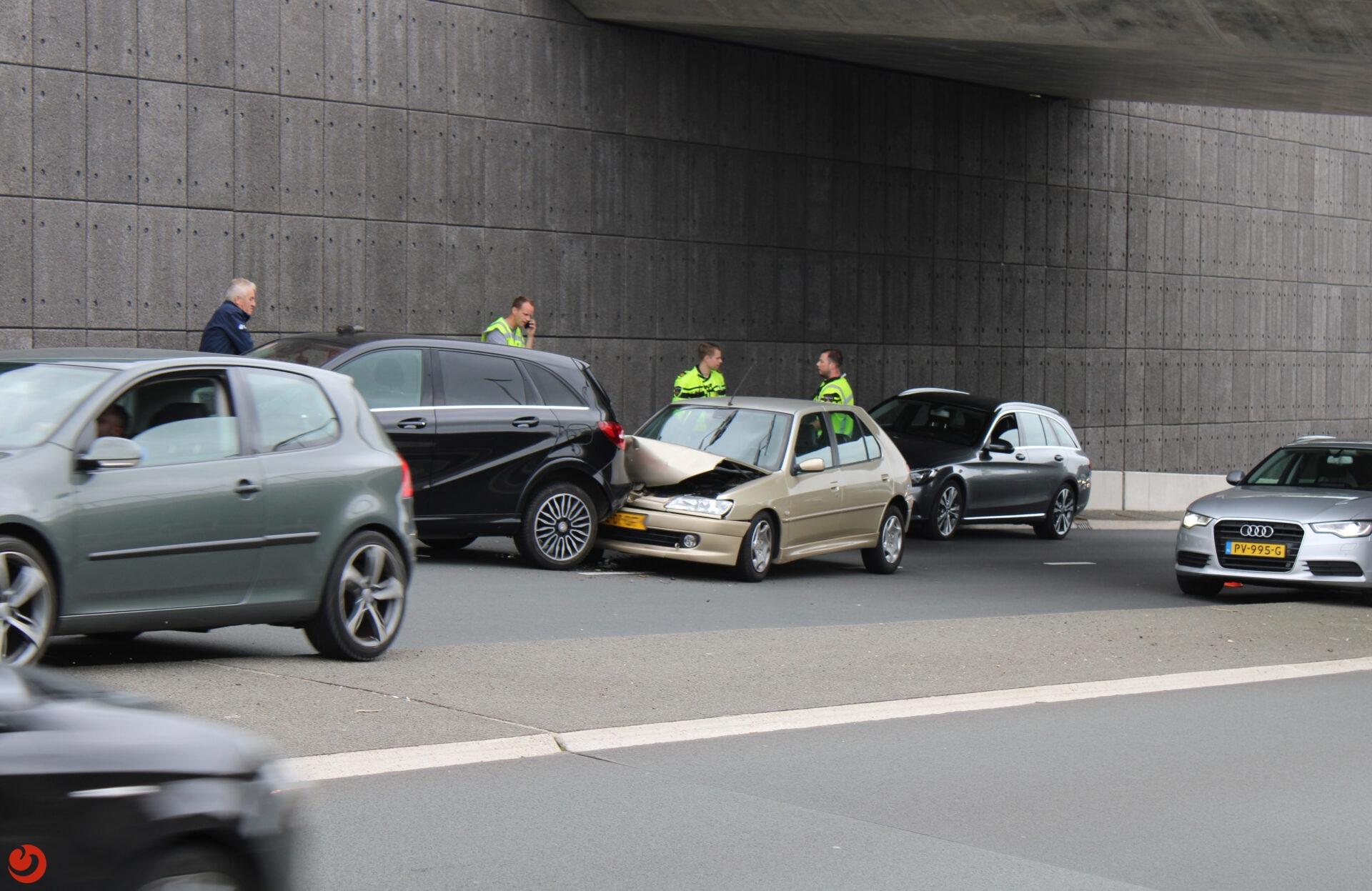 Lange file vanaf N31 door kop-staart ongeval in Leeuwarden.