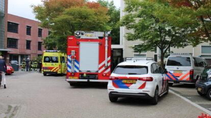 Auto tegen gevel van woonzorgcomplex in Leeuwarden