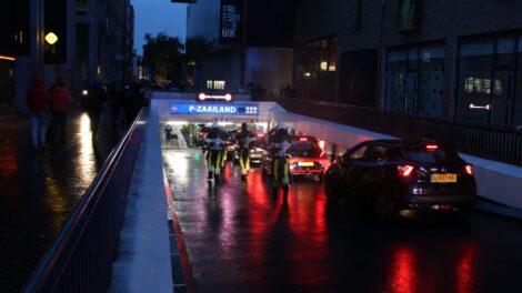Autobrand in parkeergarage centrum Leeuwarden snel onder controle