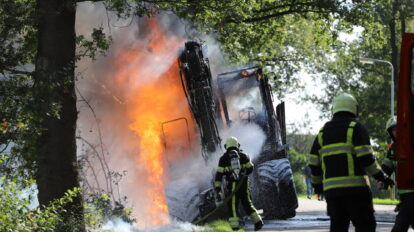 Mobiele kraan verwoest door felle brand in Sumar