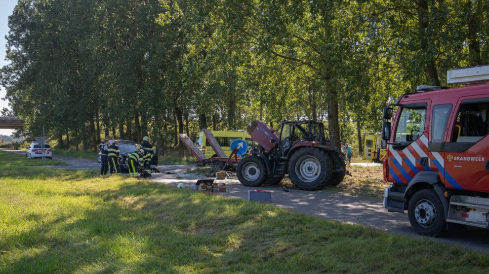 Ravage na botsing tussen tractor en bestelbusje in Marsum