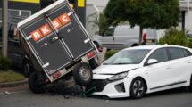 Veel schade bij botsing tussen auto en aanhanger in Leeuwarden