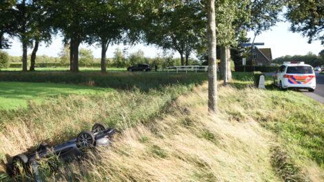 Auto op kop in sloot na ongeval op de N353 bij Noordwolde