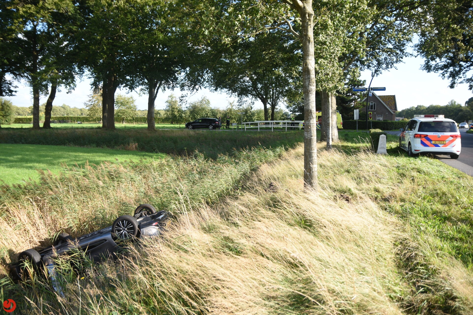 Auto op kop in sloot na ongeval op de N353 bij Noordwolde.