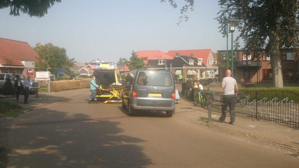 Kind op fiets geschept door automobilist in Sint Nicolaasga: gewond naar ziekenhuis
