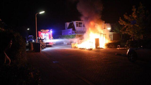 Bestelbus beschadigd door brand onder overkapping in Leeuwarden